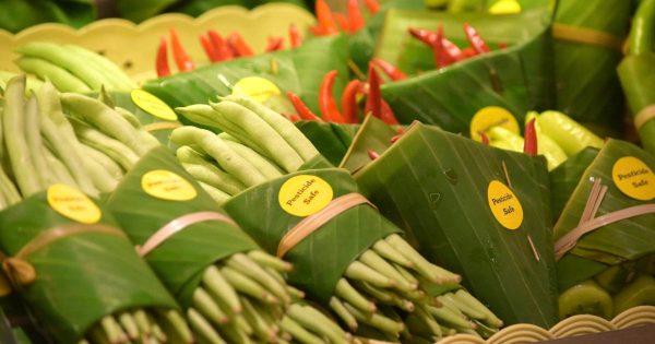 ビニール包装を辞め、代わりに「バナナの葉」を使うスーパーマーケットに世界中から賞賛の声!