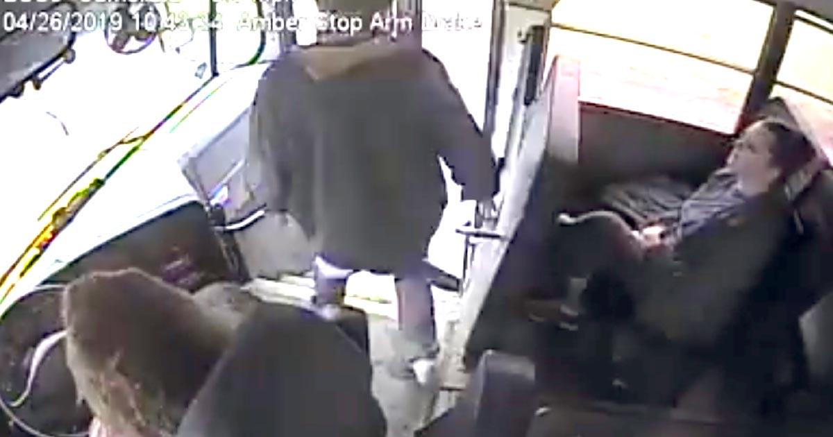 【神対応】後ろから車が来ているのにスクールバスから飛び出そうとした少年。窮地を救った女性バス運転手のとっさの行動が話題に!