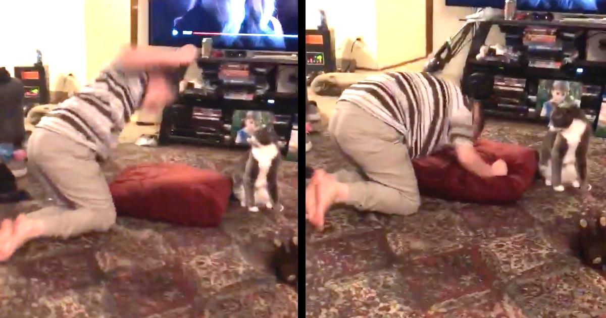 パニック発作の少年に対する愛猫の行動が話題に!猫は何をするべきか知っていた