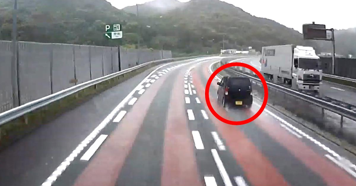 高速で雨の坂をぶっ飛ばしていった軽自動車、20分後残念なことに。。対向トラックのナイス対応には感謝!