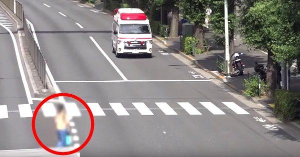 緊急走行中の救急車。歩行者の女性の自己中な行動がひどすぎると物議!しかし道交法上は歩行者優先