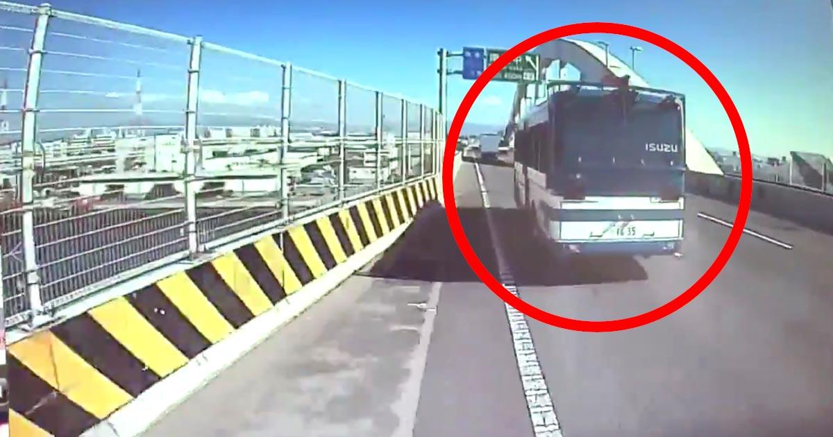 【大阪】警察のバスが危険な幅寄せをしてくるドラレコ動画が公開され物議!ワザとなのか、完全に見えていないのか