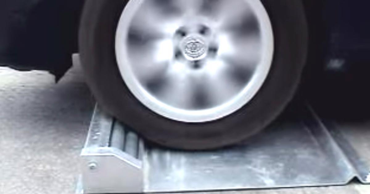 セブンイレブンが突っ込み防止対策で導入した「空回りローラー」の効果がスゴいと話題に!【実際の作動動画】