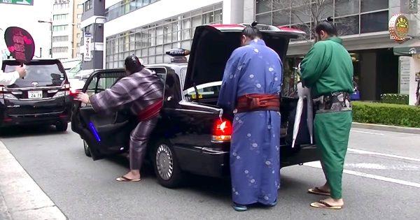 タクシーが3人の力士を乗せたら、車高がめちゃ低くなってしまった笑