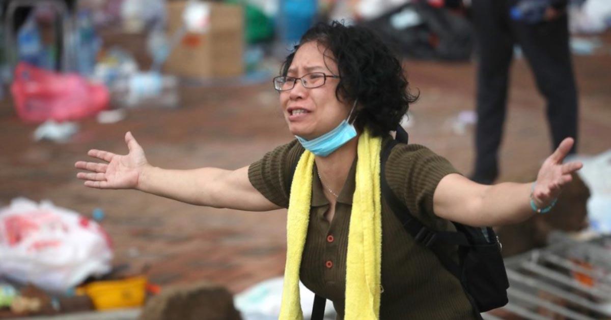 公安警察に感動の演説をしたお母さんが顔面撃たれ世界中から怒りの声!「お前たちも子供いるんだろう?なんで子供たちに攻撃する?」