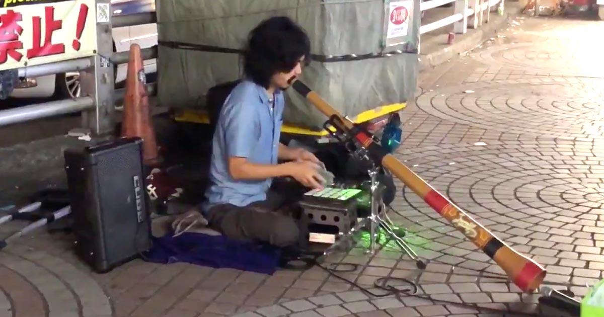 【鳥肌】「新宿はたまにヤバい人がいる」一人で人力トランスを演奏する路上ミュージシャンが凄すぎると話題に!