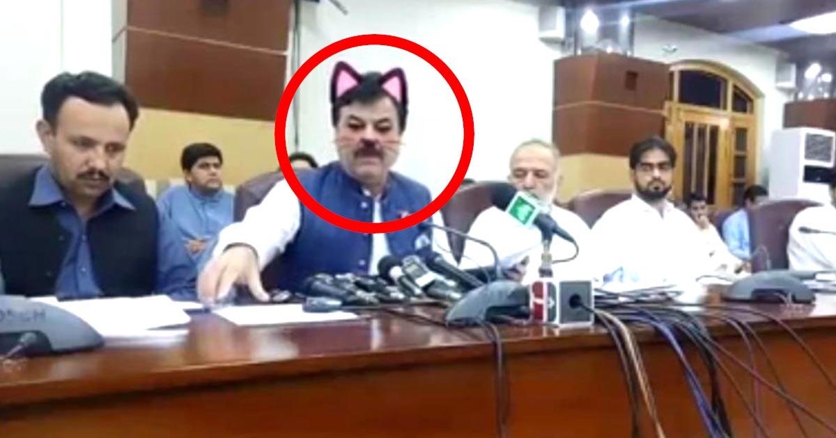 パキスタンの州政府がマジメな会見で間違えて「猫耳フィルター」をオンにしたまま生放送してしまい、シュールな光景が世界中で話題に笑