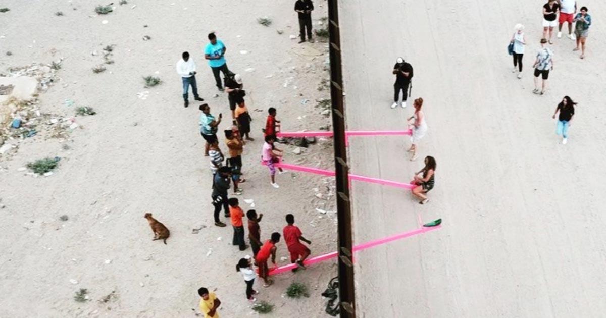 アメリカとメキシコの子供たちが一緒に遊べるように国境の壁を挟みシーソーが設置される!