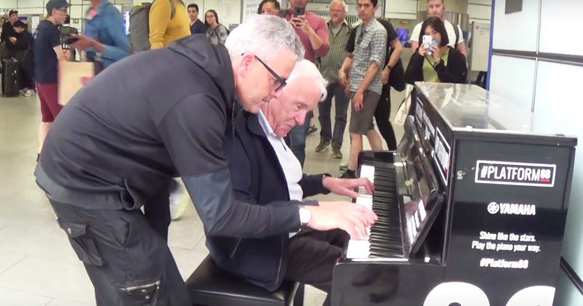 路上ピアノを弾いていたおじいさん。そこに男性が乱入しコラボが開始!魔法のようなことが起こる!