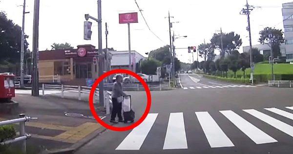 【神対応】横断歩道を渡る手押し車のおばあさん。その後の彼女の素敵な人助けに心温まる!