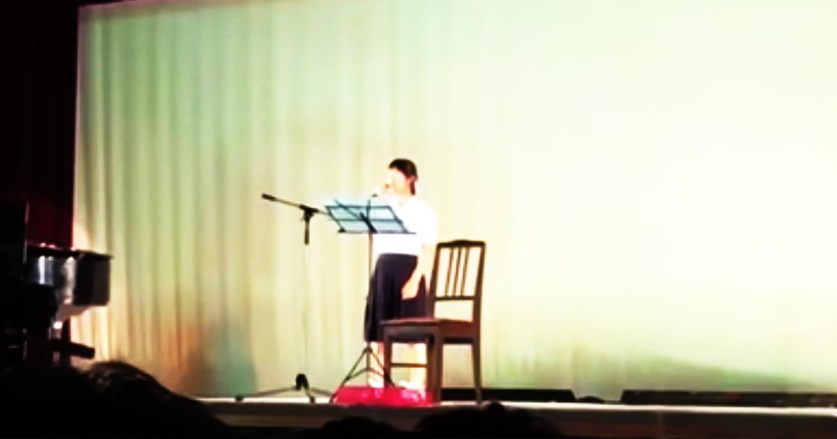 【鳥肌】一見普通の高一女子高生がピアノ伴奏で歌う米津玄師「Lemon」。歌い始めた途端一変した会場の空気に鳥肌!
