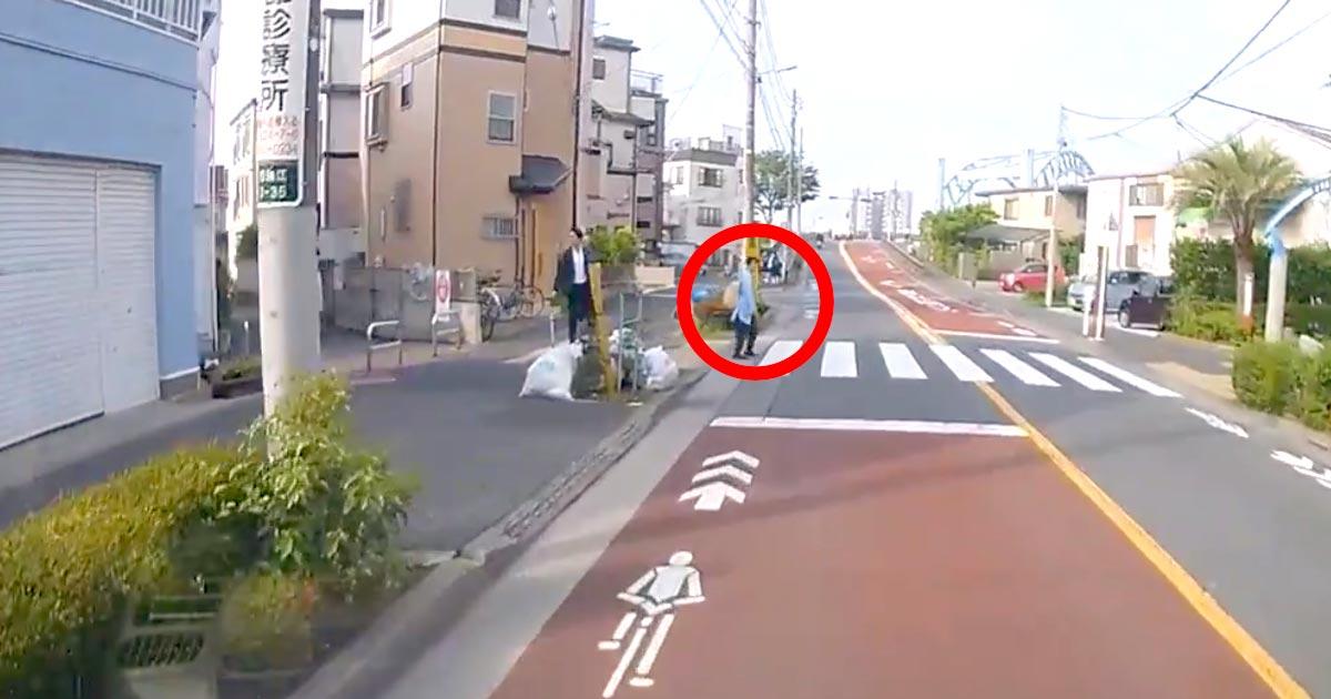 横断歩道に歩行者がいたので停車したら、高速でトラックがぶち抜いていった動画が物議!