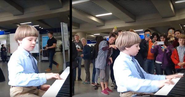 【鳥肌】駅のピアノを弾き始めた少年。最初は誰もいなかったのに、圧倒的演奏でいつの間にか人だかりになる動画が話題に!