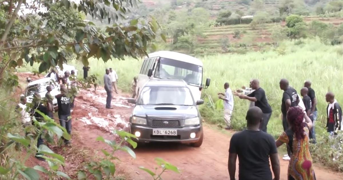 「スバルありがとう!」「スバルだから出来たんだ!」路肩にハマったバスを助けたスバル車に最高の感謝を送るアフリカの人々!