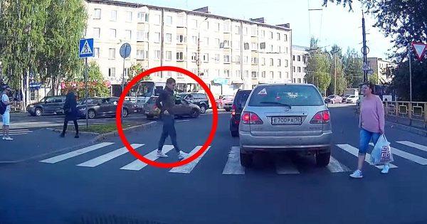 横断歩道の上で停まってしまった車。そこにやってきた歩行者の行動が物議!