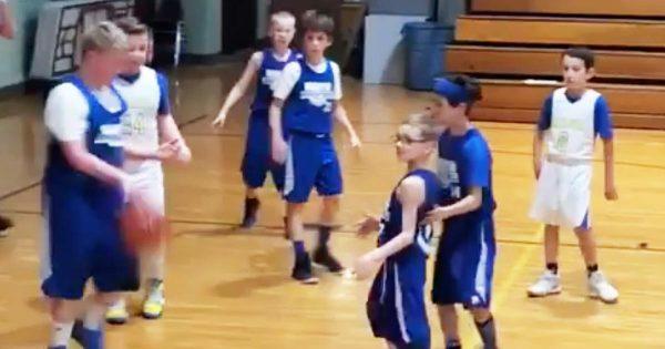 【神対応】バスケ中に身体障害のある少年にしてあげた9歳の大きな少年の優しすぎる行動が世界中で絶賛される!