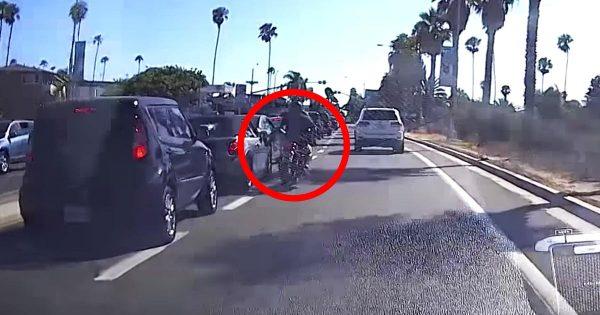 バイクから車のミラーに蹴りを入れたライダーがダサすぎることになってしまい世界中で話題に!