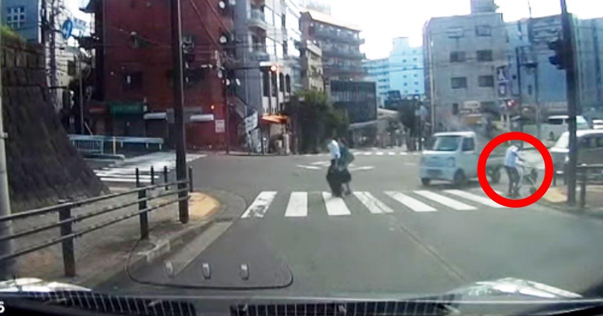 転んでしまった老人に気付いたサラリーマンの咄嗟の対応がカッコいい!「日本もまだ捨てたもんじゃないと思える」「こうありたい」