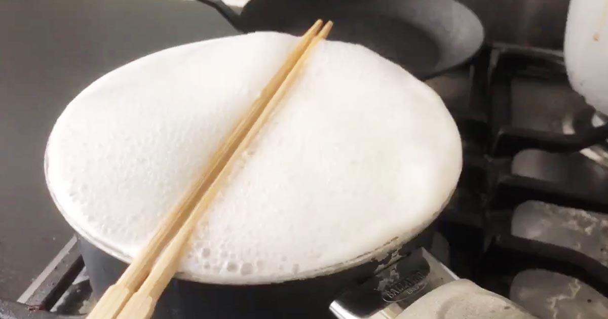 お湯が吹きこぼれそうな鍋に箸を置いたらスゴいことになったと話題に!【ライフハック】