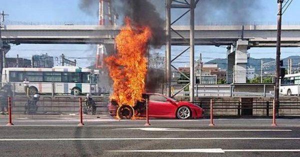 【福岡】信号待ちをしていたフェラーリから出火!4メートル近い炎が上がる!