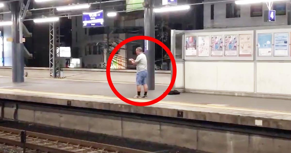 【大阪】駅のホームから電車が来る直前の線路に「爆竹」を投げるおじさんが目撃され物議!