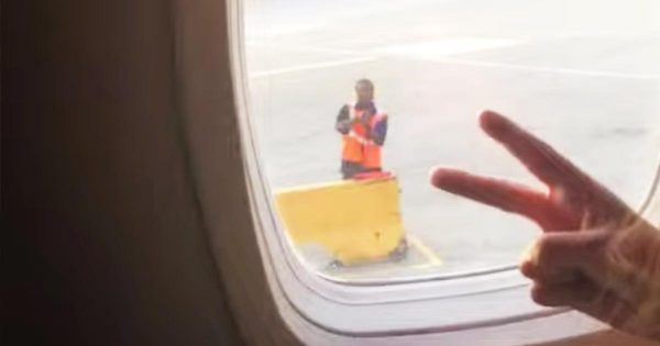 飛行機内の乗客とジャンケンをする空港職員が、ジャンケンに勝って超嬉しそうな行動に出て「幸せな気持ちになった」と話題に!