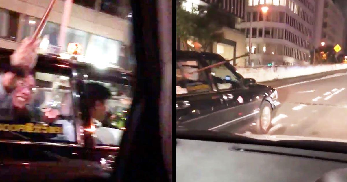 【大阪】幅寄せしてきたタクシーの乗客が窓から「杖」で車を叩いてきた動画が物議!抗議するもタクシーはそのまま逃走!