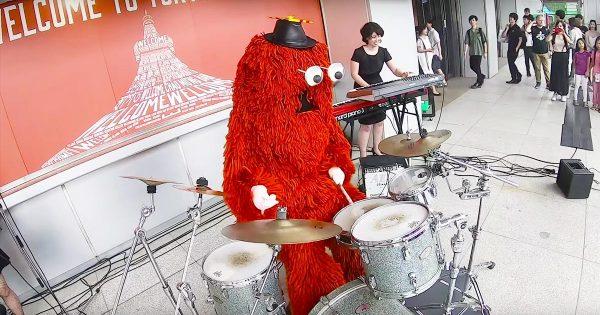 最初はほんわか演奏していたムックが、突然ドラムでX JAPANの「紅」叩きだした!超絶演奏にお客さんも大盛り上がり!【サプライズ】