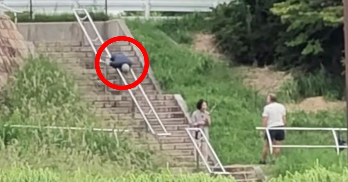 【日本】おじいさんがバグってる。。意味不明すぎる状況を撮影した動画が話題に!