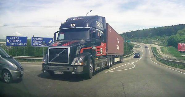 高速度で走行中に急停車し、事故を回避するボルボの大型トレーラートラックの制動力がスゴい!