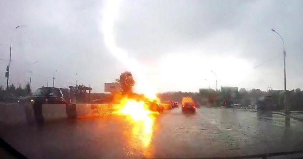 2回も連続して雷に打たれた車が撮影され話題に!雷の凄まじいパワーを思い知らされる!