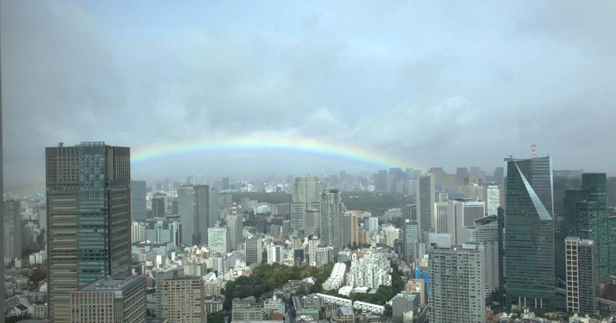 「即位礼正殿の儀」の直前、雨雲が晴れ、皇居の上空に虹がかかり奇跡だと話題に!