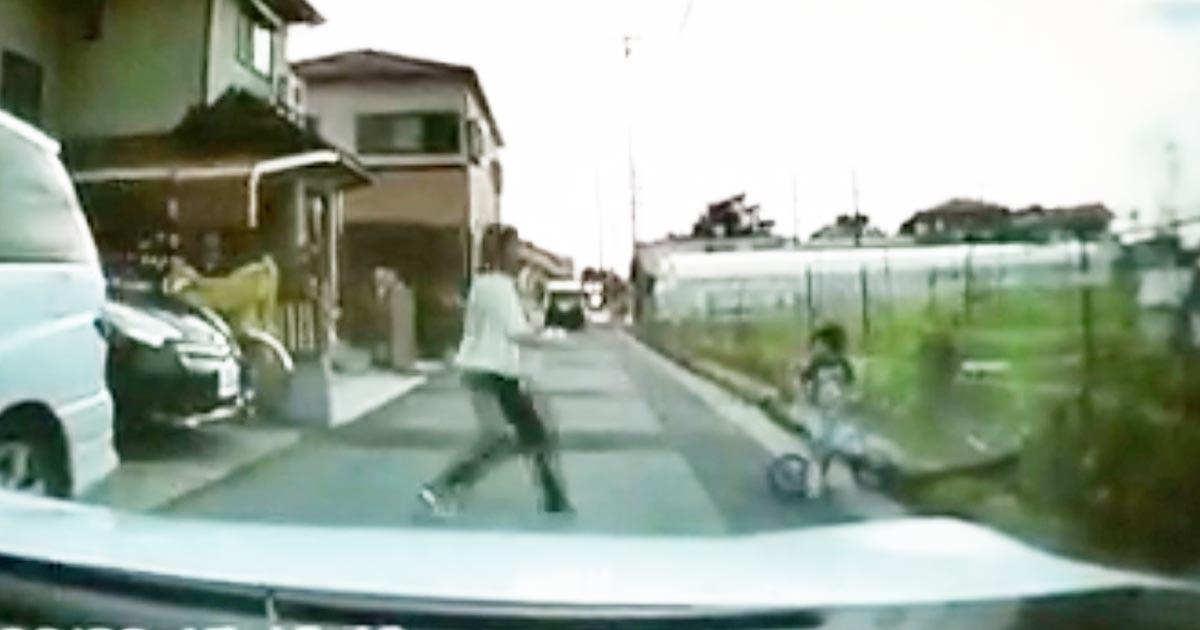 「コレこそが親!」「痛みで子供は覚える」路上に飛び出した子供に対する母親の行動が素晴らしいと話題に!