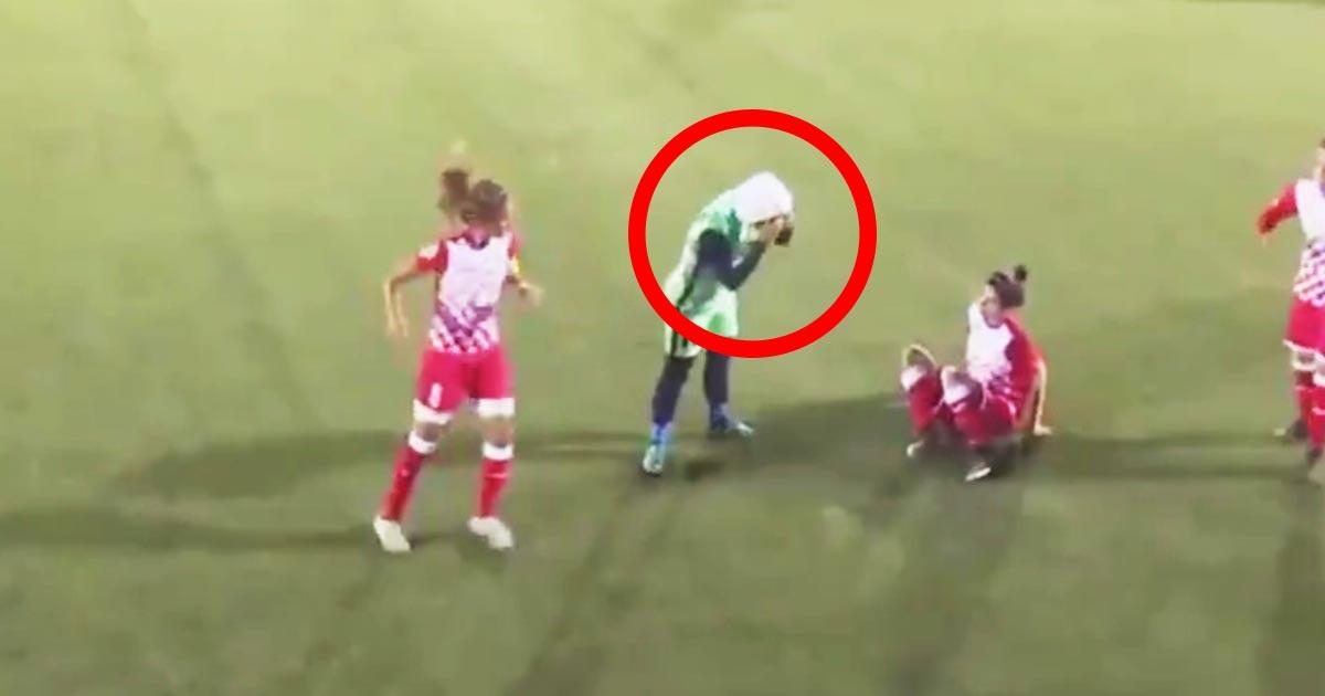 【神対応】「これぞスポーツ精神!」試合中にヒジャブが取れそうになったムスリム女性選手。敵選手たちが試合中断して取った行動が感動的だと話題に!