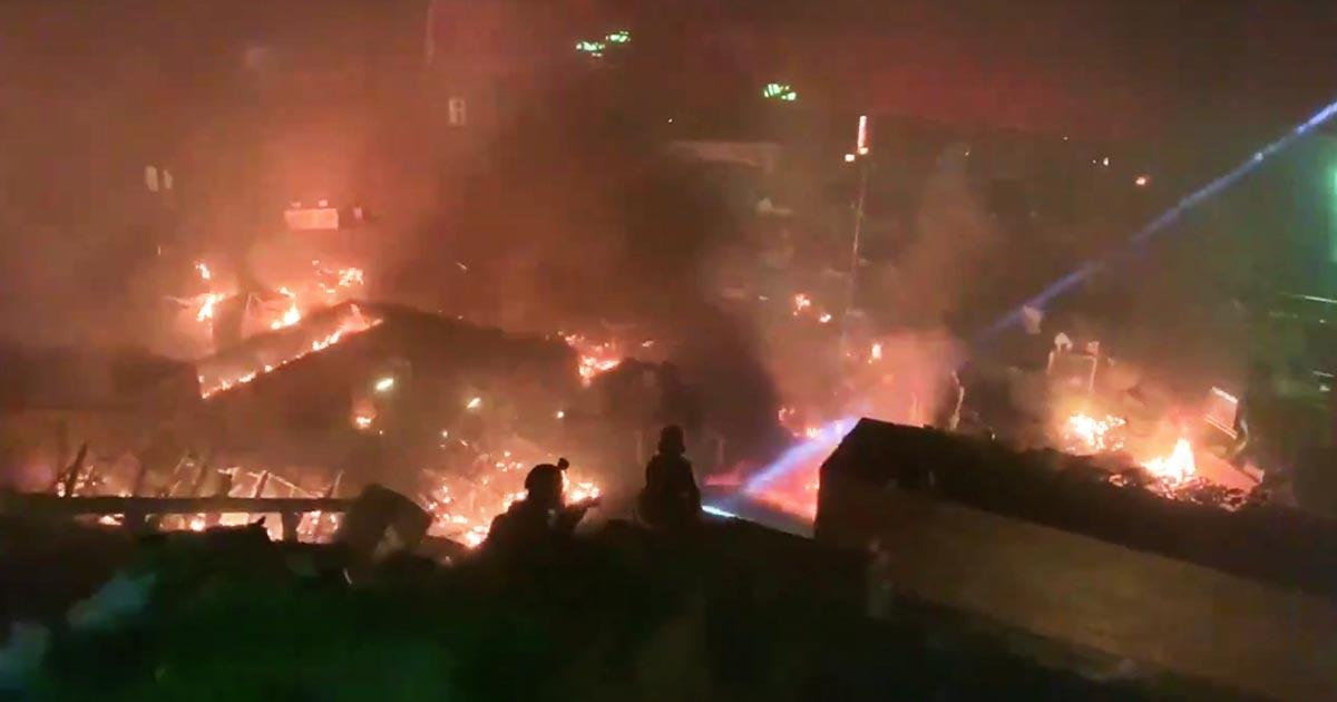 「天安門事件の再来だ」香港警察が膠着状態だった大学に突入!デモ隊は火炎瓶などで応戦!
