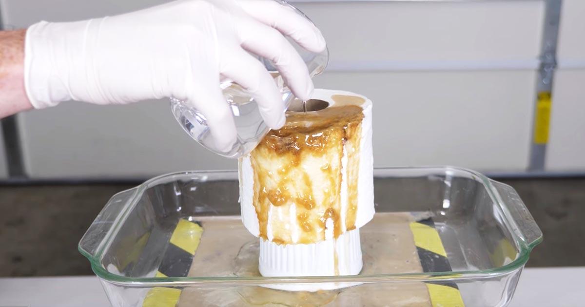 【実験】「あまりにもクレイジーだ!」濃硫酸をトイレットペーパーにかけたら、ヤバすぎる変化をして恐ろしいと話題に!