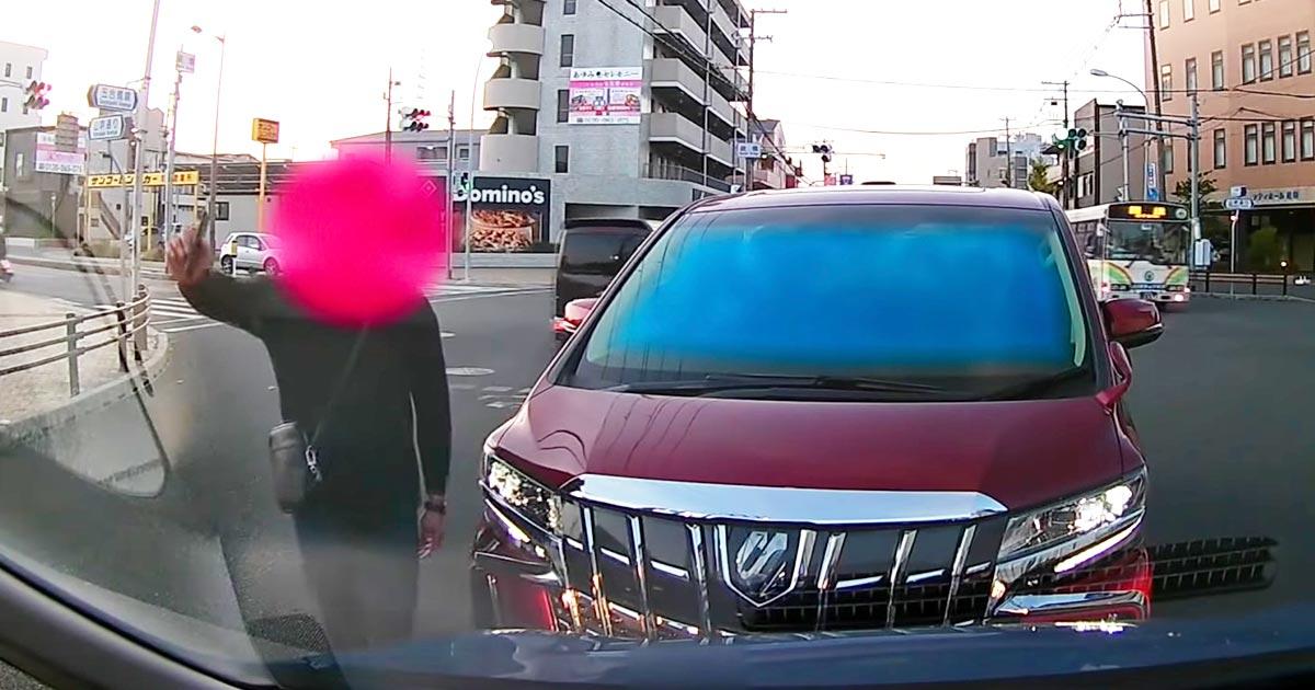 【兵庫】居眠り運転でぶつかってきたのに逆ギレする自己中すぎる男が物議!逃走する男を追いかけながら警察に通報!