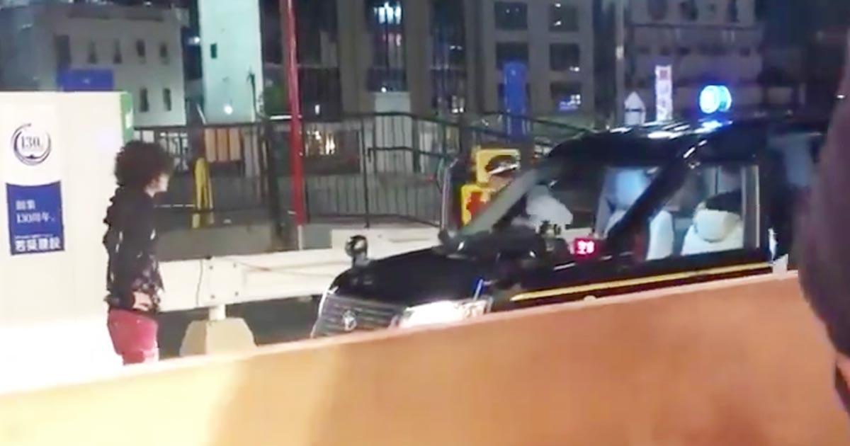 【福岡】男性に絡まれたタクシーがアクセル全開で急発進!男性にぶつかりそのまま逃げてしまう動画が物議!