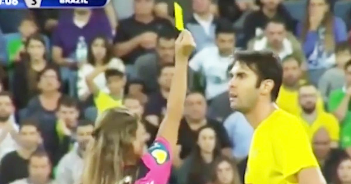 サッカーの試合で何も違反していないのにイエローカードを出した女性審判。その後の行動に全員爆笑!
