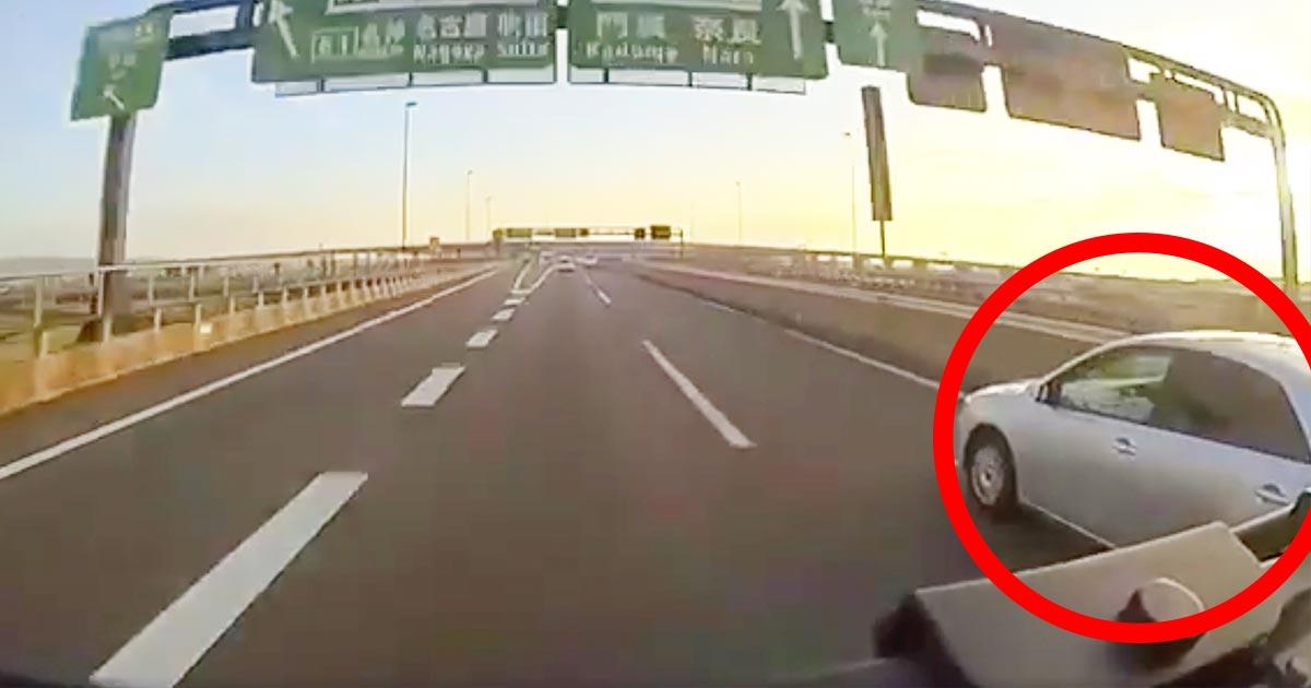 高速道路で兵庫県警の警察車両がありえない危険運転!26人が乗る観光バスが大惨事になりかけるドラレコ動画が拡散され物議!