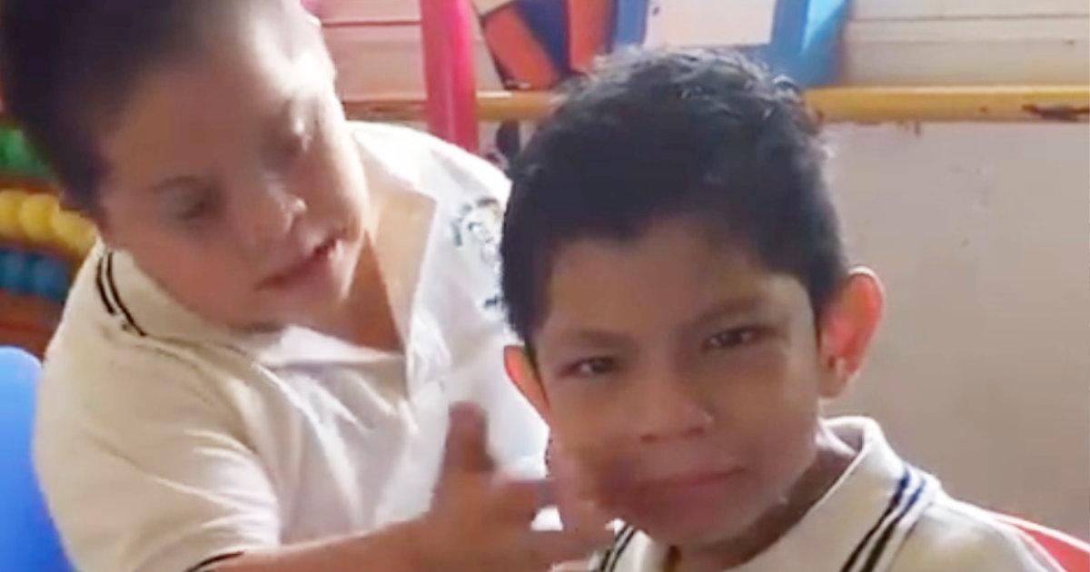 泣いてしまった自閉症の同級生を元気付けようとするダウン症の少年の行動が優しすぎると話題になり、動画が世界中で拡散される