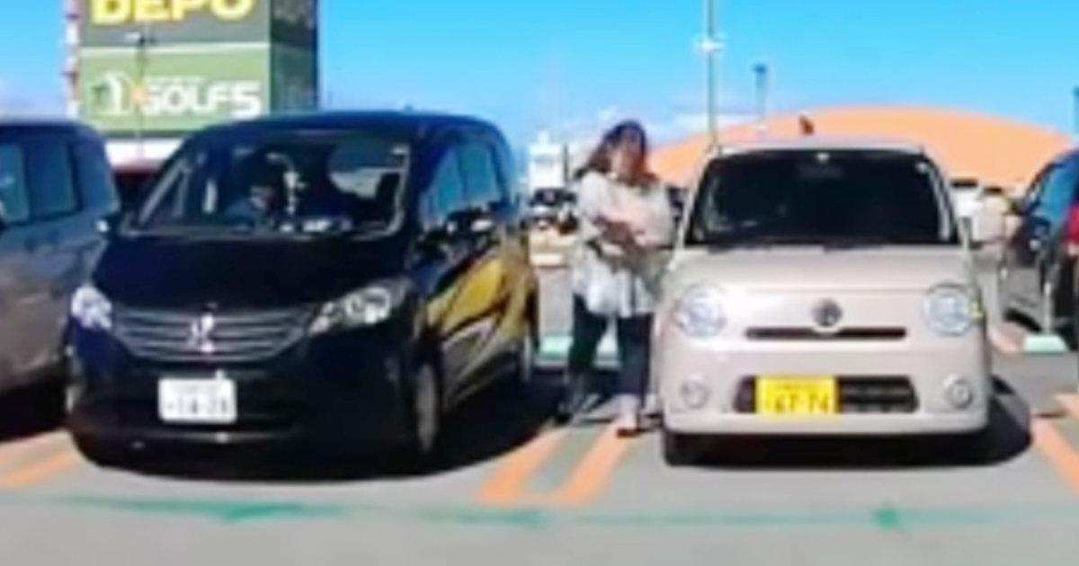 ドラレコは見ていた!ドアが当たり隣の車のドアミラーを壊してしまった女性。その後の行動が物議!