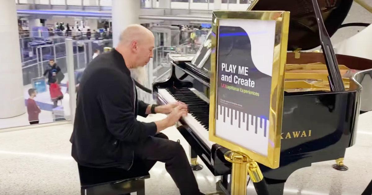 【鳥肌】空港に置かれたピアノで超絶演奏をする男性。上手すぎると思ったら「ドリーム・シアター」のキーボーディストだったと話題に!