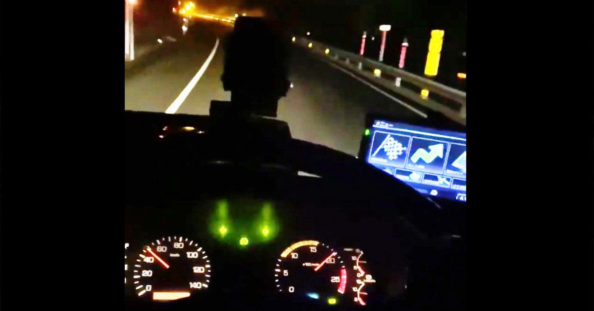 トラックが高速道路でハザードを点けたまま走行する意味を「もっと多くの人に知ってもらいたい」と話題に!