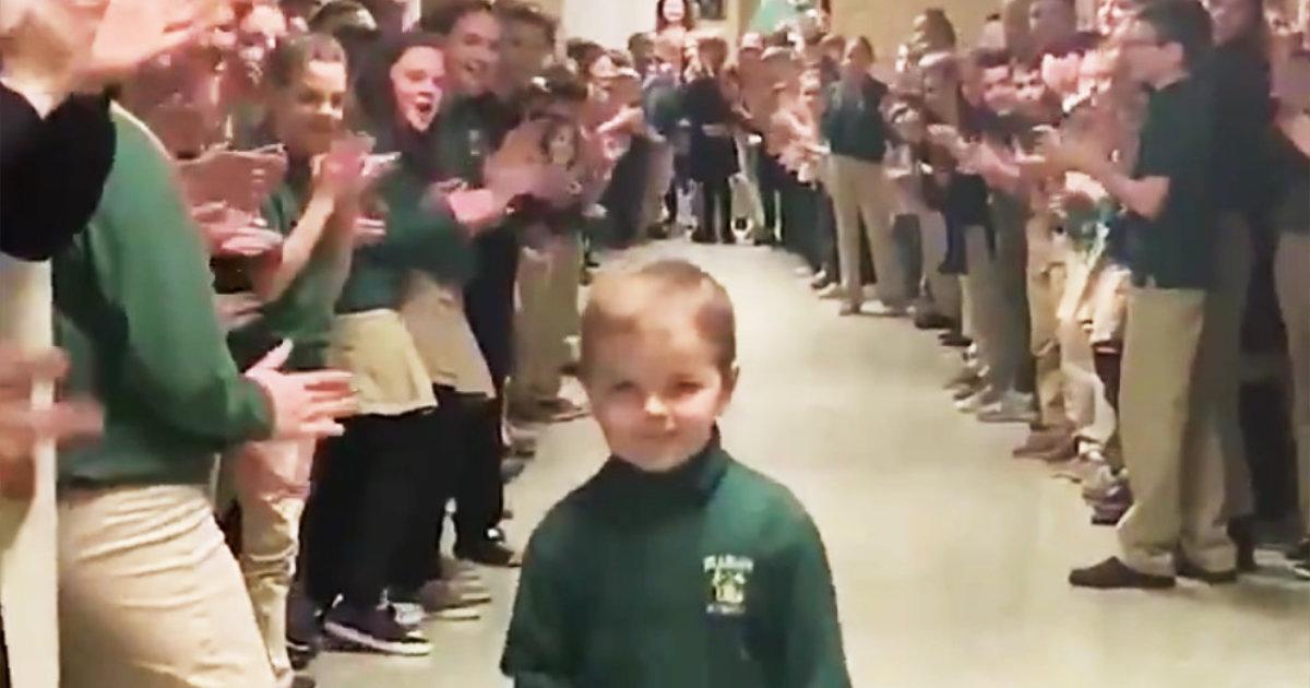 白血病を克服した6歳の少年が登校。大拍手で少年を讃える生徒や教師たちの姿が話題に!