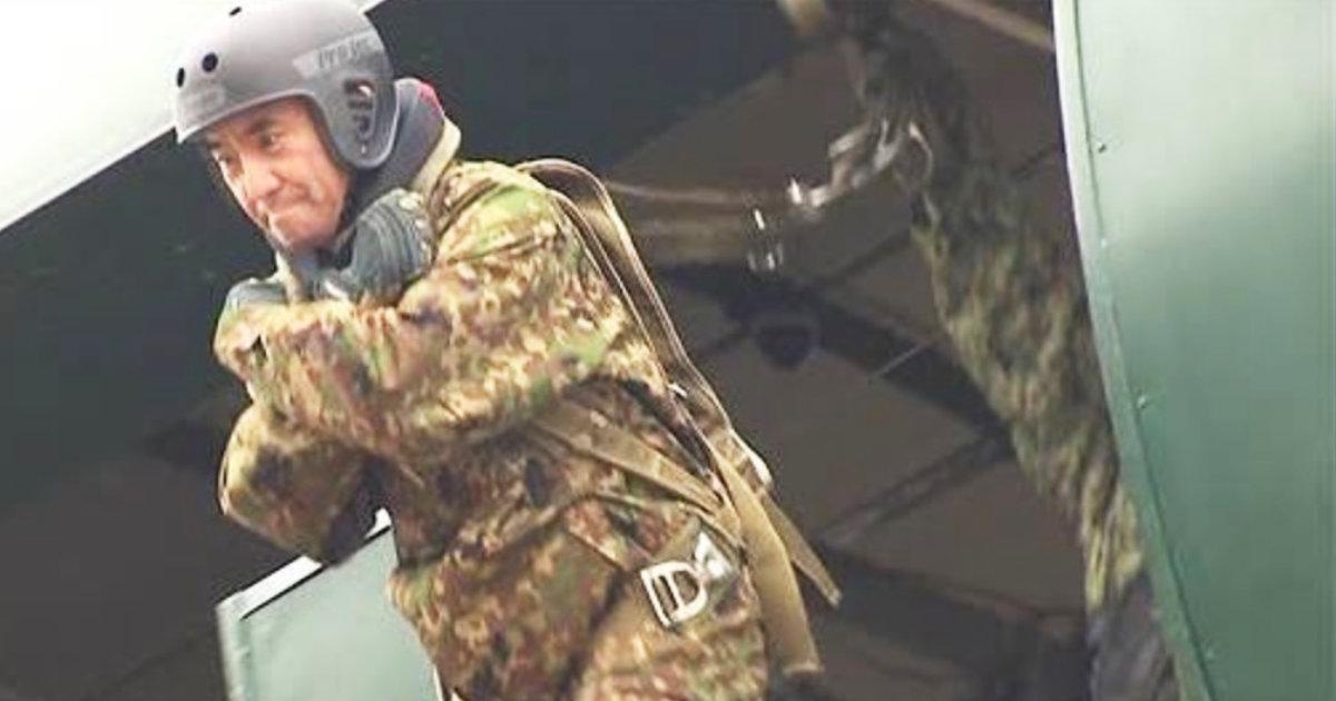 「河野太郎、頑張ります!」河野防衛大臣が自衛隊のパラシュート降下訓練に参加!民間出身として初の参加で話題に