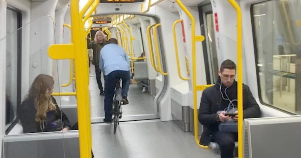 電車の中を自転車で走った男性、慣性力で大変なことになってしまう!