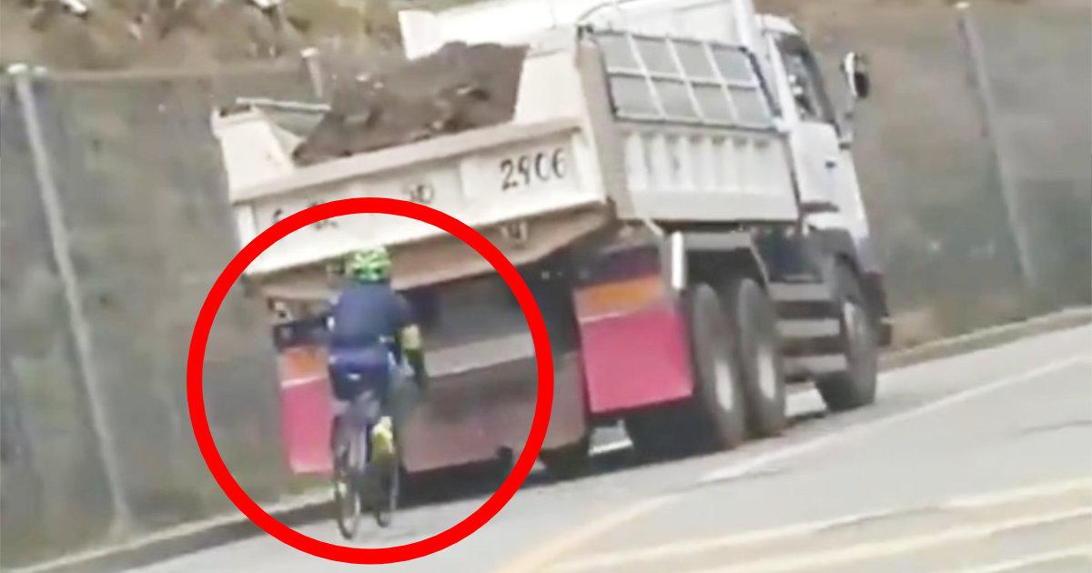 ダンプカーの超至近距離を走るマナーの悪すぎるロードバイクが物議!コメント欄で擁護する自転車乗りの「身内の甘さ」にも批判の声!