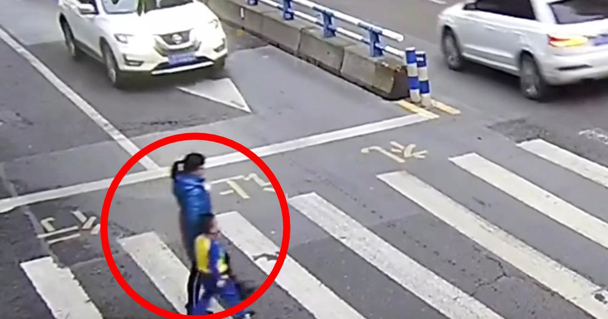横断歩道で母親が車にぶつかられてしまった男の子の取った行動が世界中のネットユーザーの心を打った!