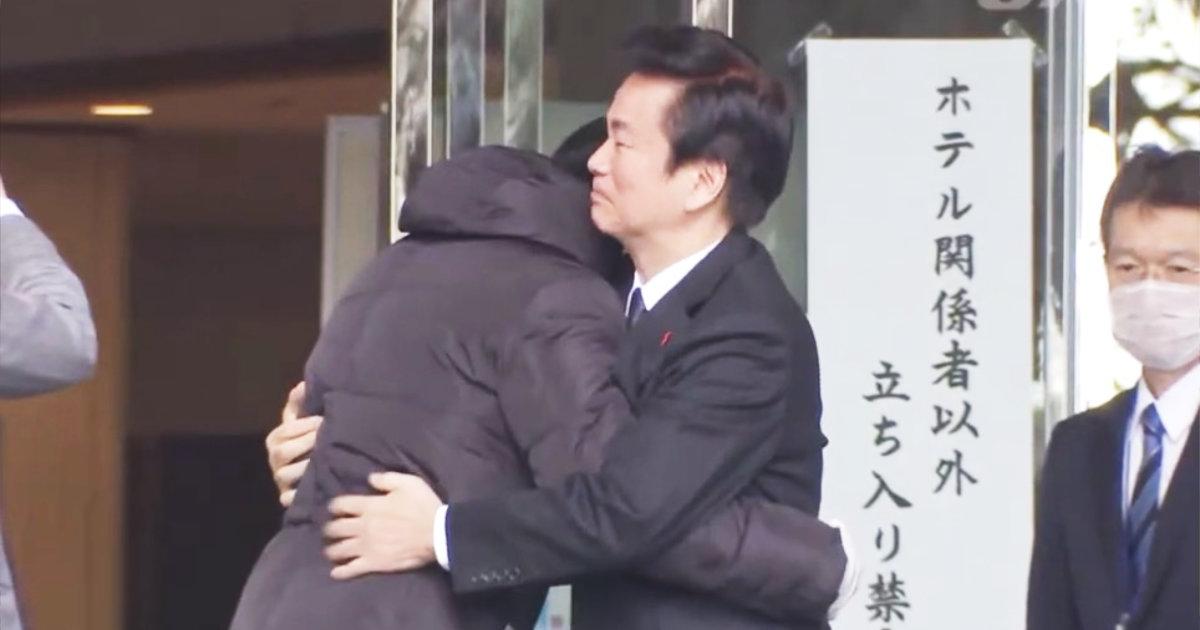 武漢からの帰国者受け入れのホテル三日月を訪問した千葉県の森田知事。マスクなしの熱い抱擁が物議!